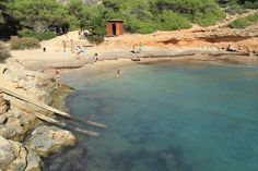 Desde la urbanizacion de roca llisa llegamos a este rincon http://ibiza-travel.net/cala-olivera/
