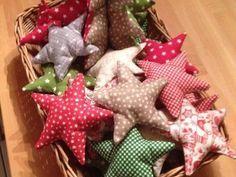 Kuschelige Sterne: mit dieser DIY-Anleitung kannst Du ganz leicht einzigartige und kreative Stern-Anhänger nähen, die der üblichen Weihnachtsdeko etwas Abwechslung verleihen.