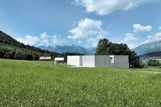 Ein Betonhaus wie ein abgegangener Fels in der kaum veränderten Landschaft | Marte Marte ©Bruno Helbling, Zürich