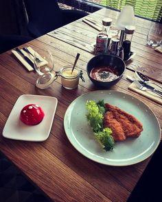 Joghurtos mentás paradicsom leves és tanyasi csirkemell házi morzsában forgatva petrezselymes burgonyapürével!!! Válaszd hozzá valamelyik látvány desszertünket!  #avalonristorante #lunch #spring #food #foodporn #italy