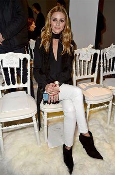 Olivia Palermo na Fashion Week com calça jeans branca + blusa e sapato pretos.