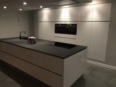 Luxury Kitchen Design, Kitchen Room Design, Contemporary Kitchen Design, Home Decor Kitchen, Home Kitchens, Kitchen Island With Sink, Open Plan Kitchen, Modern Bar, Kitchen Flooring