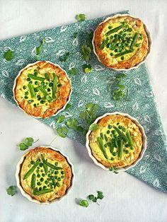 Puff pastry tartalettes with green pea, green bean and yogurt feta sauce