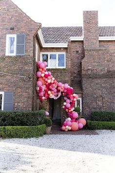 Showing no signs of deflating - or perhaps floating to new heights of popularity is the balloon garland. A free form balloon installation that uses asymmetry (unlike their uncool uncle, the balloon...