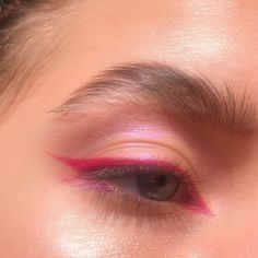 a neon hot pink eyeliner look with pink shimmery eyeshadow, brushed out brows, and long lashes Edgy Makeup, Makeup Eye Looks, Eye Makeup Art, Cute Makeup, Pretty Makeup, Makeup Inspo, Pink Eyeliner, No Eyeliner Makeup, Skin Makeup