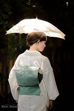 Early Summer in Japan - Woman in Kimono with Umbrella Traditional Japanese Kimono, Japanese Geisha, Traditional Fashion, Japanese Beauty, Japanese Girl, Traditional Outfits, Korean Traditional, Kimono Yukata, Moda Kimono