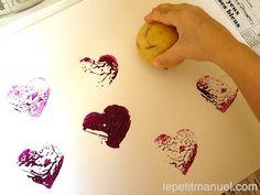 Un atelier pata-peinture. Ou : des impressions plein la vue avec des tampons en pommes de terre.