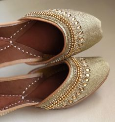 Bride Shoes, Wedding Shoes, Indian Shoes, Bridal Sandals, Party Shoes, Gold Fabric, Beautiful Shoes, Shoe Collection, Bridal Jewelry