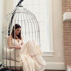 Cadeira gaiola – veja modelos com essa tendência e dicas de como usá-la na decoração!