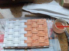 Aprendiz: imitar mimbre con papel de paquete galletas Chiquilín