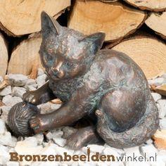 Dierenbeeld van een kat spelend met een bolletje wol afgewerkt met een groene patina. #kattenbeeld #beeld kat #bronzen kat #beeld poes #tuinbeeld kat Rodin, Kitty Cats, Porcelain