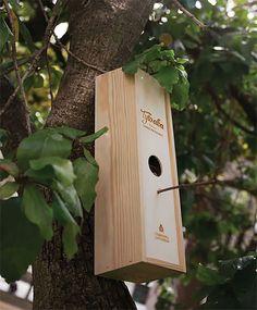 We worden er blij van als we dingen een tweede leven kunnen geven. Zoals deze wijnkist bijvoorbeeld. Daar kun je heel gemakkelijk een vogelhuisje van maken!