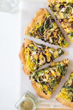 Sweet Potato and Kale Pizza with Balsamic Drizzle is topped with delicious crispy kale and soft sweet potato, drizzled with sweet balsamic and is gluten free! #pizza #fallpizza #sweetpotato #kale #glutenfree #vegetarian