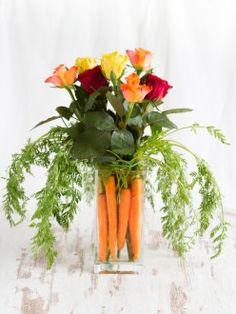 Oster Dekoidee: Blumenstrauß mit Karotten I Easter Centerpiece: Flowers & Carrots
