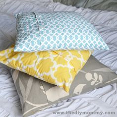 A free tutorial on how to make a DIY throw pillow cover with buttons | The DIY Mommy