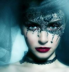 drawn on lace mask - the queen of spades. Maquillaje Halloween, Halloween Makeup, Scary Halloween, Halloween Christmas, Halloween Ideas, Half Face Makeup, Make Up Art, How To Make, Make Carnaval