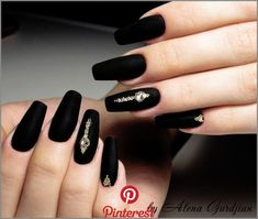The advantage of the gel is that it allows you to enjoy your French manicure for a long time. There are four different ways to make a French manicure on gel nails. Black Acrylic Nails, Black Coffin Nails, Matte Nails, Gel Nails, Nail Polish, Black Chrome Nails, Nail Manicure, Holiday Nail Designs, Holiday Nails