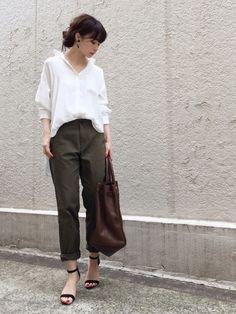 ポリエステルサテンを使った スタンダードシャツ。 ストンと落ちる素材の柔らかさと 肩のラインが可愛い