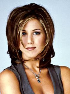 Who wouldn't love to emulate the early Jennifer Aniston hairstyle? Let's take a look at the myriad range of Jennifer Aniston hair, which in 2015 can be emulated as well. Rachel Haircut, Medium Hair Styles, Short Hair Styles, Hair Medium, Jennifer Aniston Hair, 90s Hairstyles, Layered Hairstyles, College Hairstyles, Shaggy Hairstyles