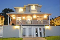 my dream Queenslander home a-m's house Queenslander House, Weatherboard House, Exterior Color Schemes, Exterior House Colors, Colour Schemes, Exterior Paint, Exterior Houses, Style At Home, Rendered Houses