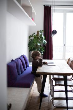 Anne-Fleur Broudehoux et Thierry Lebraly, Joseph Zacharie 2 ans - The Socialite Family - esszimmer Booth Seating, Banquette Seating, Floor Seating, Dining Nook, Dining Room Walls, Dining Room Furniture, Dining Tables, Dining Room Bench, Room Feng Shui
