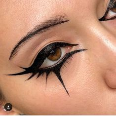 Fashion Editorial Makeup Graphic Eyeliner Ideas Fashion Editorial Make Up Grafik Eyeliner Ideen - Besondere Tag Ideen Edgy Makeup, Dark Makeup, Makeup Art, Makeup Inspo, Black Makeup Gothic, Makeup Ideas, Black Eye Makeup, Grunge Makeup, Black And Gold Eyeshadow