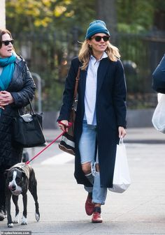 Sienna Miller takes inspiration from police officer for action film Sienna Miller takes inspiration from a NYPD police officer for upcoming action film 17 Bridges Sienna Miller Style, Marisa Miller, Jeans Trend, Look Fashion, Womens Fashion, Fashion Tips, Mein Style, Winter Mode, Mode Inspiration