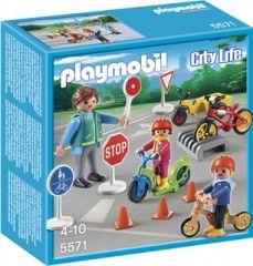 Les petits enfants (5571) de Playmobil City Life pourront s'entraîner à maîtriser les codes de sécurité routière grâce aux indications de l'agent. Tout le monde le sait, rouler de manière sûre est primordial. Entraîne-toi aux règles de la sécurité routière avant d'aller à l'école. Après t'être exercé, tu pourras ranger ton vélo sur le porte-vélos.