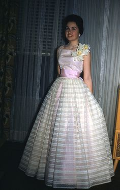 Vintage prom, when girls looked classy not trashy 1950s Formal Dresses, 1950s Prom Dress, Vintage Prom, Vintage Dresses, Vintage Outfits, Vintage Fashion, Vintage Glamour, Popular Dresses, Dresses For Teens
