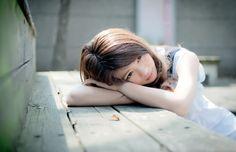 フリー写真, 人物, 女性, アジア人女性, 女性ポートレイト, 中国人, 中国の女性, モデル:momo (00351), 突っ伏す, 手枕, 憂鬱, 改変可能
