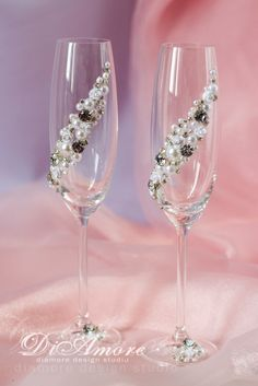 Silver and Pearl Toasting Flutes Sparkle White от DiAmoreDS Wedding Toasting Glasses, Wedding Champagne Flutes, Toasting Flutes, Champagne Glasses, Decorated Wine Glasses, Painted Wine Glasses, Bling Wedding, Crystal Wedding, Wedding Cake