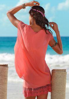 Romantische Strandmomente. Das Longshirt hat am Saum unten ein breites Spitzenband. Es ist doppellagig gearbeitet, die obere Lage besteht aus transparenter, fließender Webware, die untere Lage aus elastischer Wirkware. Länge ca. 86 cm.  Obermaterial: 70% Viskose, 30% Polyamid. Unterkleid: 96% Viskose, 4% Elasthan....
