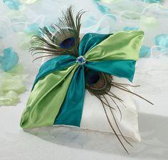 Ringkussen Pauwenveer, basis wit satijn, gedecoreerd met turquoise/groen satijnen sjerp, pauwenveren en turquoise/groen strass sierraad.