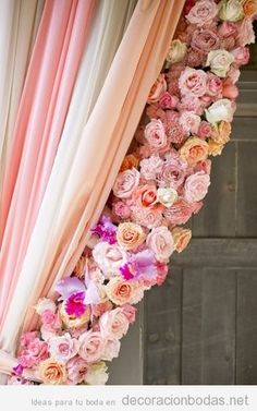 Decoración de boda con cortina de flores