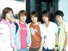"""PRE-DEBUT As notícias de que a SM Entertainment tinha planos de formar um grande grupo projeto se espalhou pela internet em 2004. No começo de 2005, a SM Entertainment confirmou os rumores e anunciou uma grande boy band de 12 membros que debutaria perto do fim do ano, promovendo o grupo como o """"O Portão do Sucesso na Asia"""". Por um tempo, o grupo seria chamado de O.V.E.R., sendo uma sigla de """"Obey the Voice for Each Rhythm"""" (Obedecer a Voz para Cada Ritmo). Logo o grupo se tornou conhecido…"""