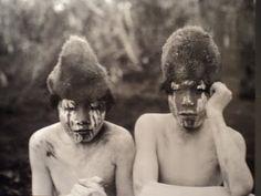 Arturón y Antonio, jóvenes iniciados durante la ceremonia del Hain de 1923. Foto de Martin Gusinde. Pueblo aborigen de la Isla Grande de Tierra del Fuego