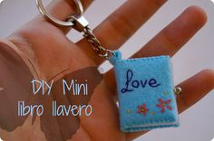 DIY mini libro llavero Felt Crafts, Diy And Crafts, Projects To Try, Felt Projects, Wool Felt, Valentines, Personalized Items, Gifts, Gift Ideas