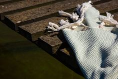 Das Hamamtuch Manolya gehört zu unserer Kollektion aus Bio-Baumwolle. Es ist im Fischgrätmuster gewebt und hat zwei unterschiedlich farbige Hälften.  Hamamtücher sind vielseitig: sie sind nicht nur praktisch am Strand, in der Sauna oder beim Sport, man kann sie darüber hinaus auch als Pareo oder Schal verwenden.  Das Hamamtuch aus hydrophiler Bio-Baumwolle ist pflegeleicht, sehr saugfähig und trocknet schnell. Es ist ideal für unterwegs, da es im Gepäck wenig Platz einnimmt und sehr leicht… Napkins, Sport, Weaving, Cotton, Deporte, Towels, Sports, Napkin