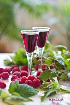 Not this exact recipe but I love infusing vodka and gin with raspberries and fruit Non Alcoholic Drinks, Cocktails, Wine Drinks, Beverage, Yummy Drinks, Healthy Drinks, Homemade Wine Recipes, Raspberry Liqueur, Polish Recipes