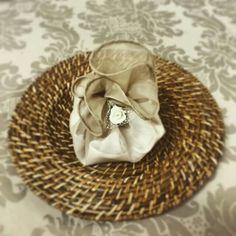 Esta charmosa trouxinha de voil aramado envolve o guaradanapo de tecido. Uma maneira menos formal, mais higiênica, elegante e diferente!!
