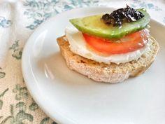 Aperitivo 2: tostada con queso fresco, tomate, aguacate y olivada