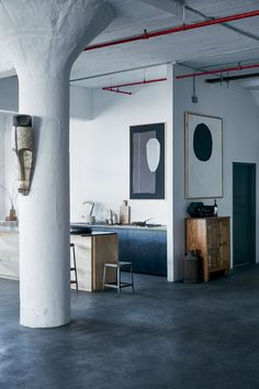 Cement columns | Dark grey concrete floors | NY Loft // Apartamento Industrial em NY (Foto: Mark Seelen)