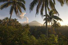 Gunung Kelud, Java Oriental. É também o quarto país mais populoso do mundo, e a nação com a maior comunidade muçulmana. Metade da população vive em Java, que é a ilha mais habitada.