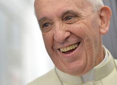 Retratos del Papa francisco obtenidos mientras conversa con los periodistas a bordo del avión que lo llevo desde Italia a Brasil