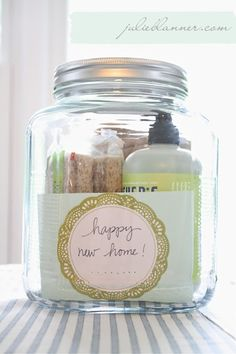 37 Recipes How To Make Gifts In A Jar . Homemade gifts in a jar which are really easy and very thrifty to make! by Laurie Homemade gifts in a jar are easy and cheap to make! Do It Yourself Quotes, Do It Yourself Home, Little Presents, Little Gifts, Buenas Ideas Para Regalos, Cute Gifts, Best Gifts, Awesome Gifts, Diy Cadeau