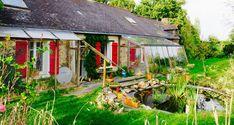 Ce documentaire nous présente un lieu d'habitat collectif au Hameau du Ruisseau, dont le but est d'atteindre l'auto-suffisance en énergie et alimentation, tout en vivant heureux u…