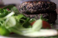 Hambúrgueres de Feijão Preto Hamburger, Steak, Lunch, Ethnic Recipes, Food, Black Bean Burgers, Healthy Recipes, Simple, Ideas