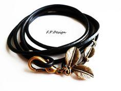 Hier biete ich ein weiteres Armband aus meiner neuen Leder Wickelarmband Kollektion. Ein schwarzes Wickelarmband mit bronzefarbenem Blatt Anhänger am
