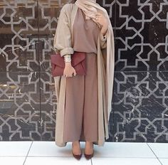 Women's abaya cardigans came in various styles. You can find the embroidered abaya cardigan as well as the kimono styles. The hooded abaya cardigans exuded and Dubai Fashionista, Hijab Fashionista, Hijab Fashion 2016, Abaya Fashion, Modest Fashion, Fashion 2017, Style Fashion, Travel Fashion, Girl Fashion