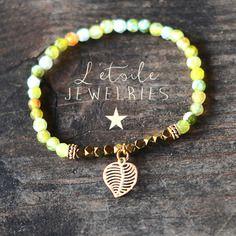 Bracelet en perles d'agate avec charm feuille dorée, style boho, bohême, shabby chic